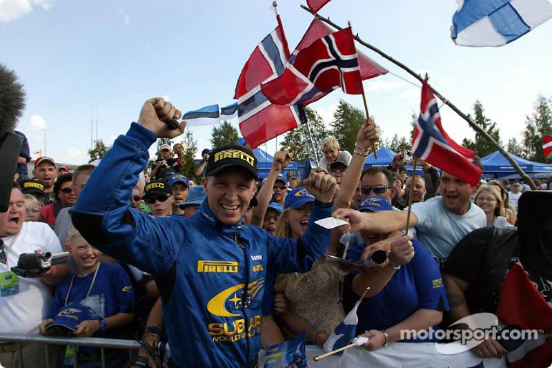 Petter Solberg celebrando con los aficionados