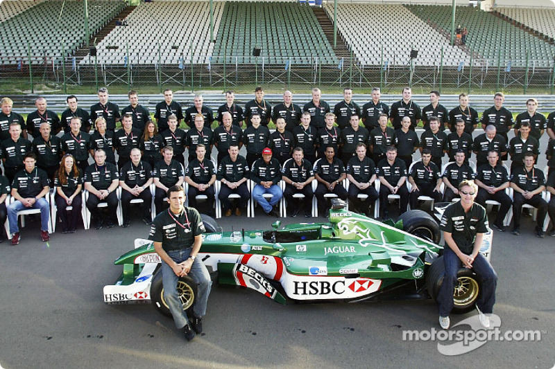 Family picture with Pedro de la Rosa, Eddie Irvine and Team Jaguar