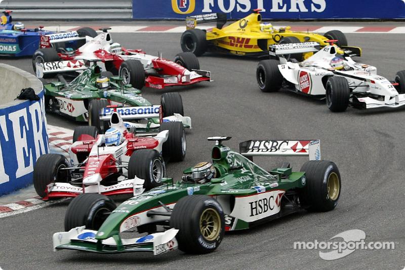 La arrancada: Eddie Irvine y Mika Salo en la horquilla Source
