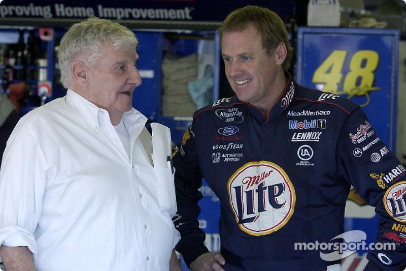 Rusty Wallace platica con el dueño de la pista NHIS, Bob Bahre