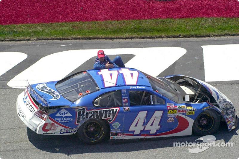 Jerry Nadeau sale del auto