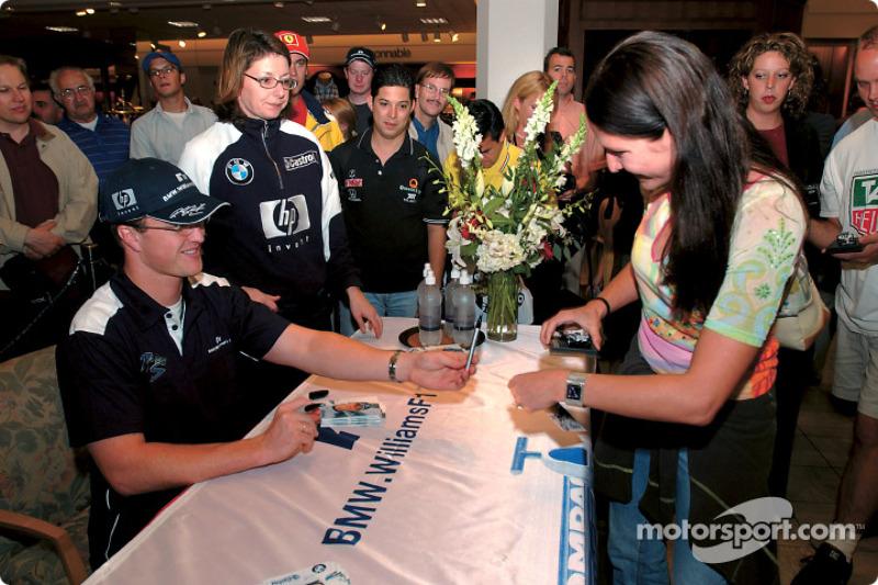 Sesión de autógrafos en el centro comercial para Ralf Schumacher