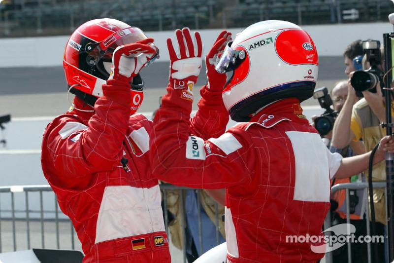 El ganador de la pole, Michael Schumacher con Rubens Barrichello