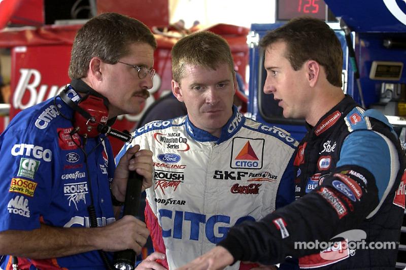 Kurt Busch habla con Jeff Burton y Paul Andrews