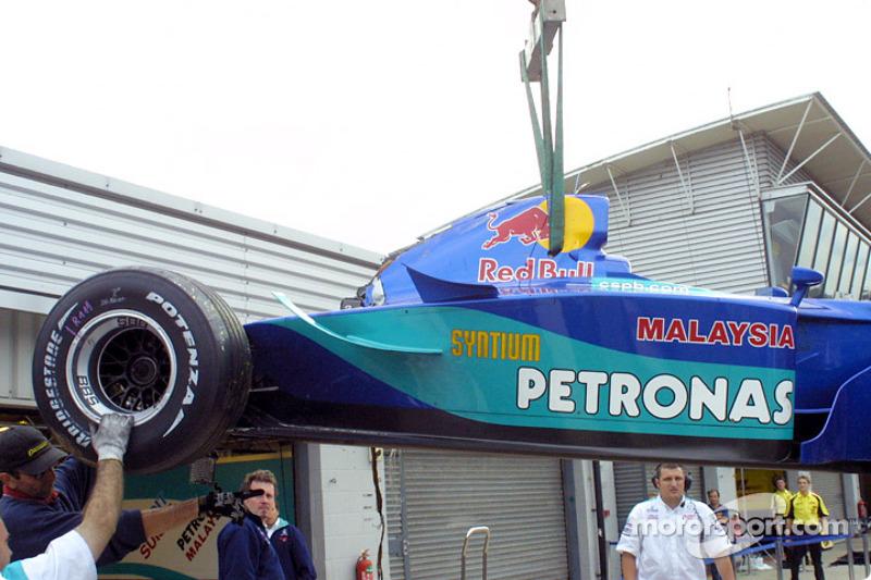 El Sauber de Heinz-Harald Frentzen de regreso al garage
