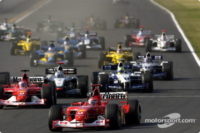 La arrancada: Michael Schumacher toma la ventaja delante de Rubens Barrichello