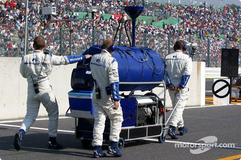 Miembros del Williams-BMW rumbo a la parrilla de salida