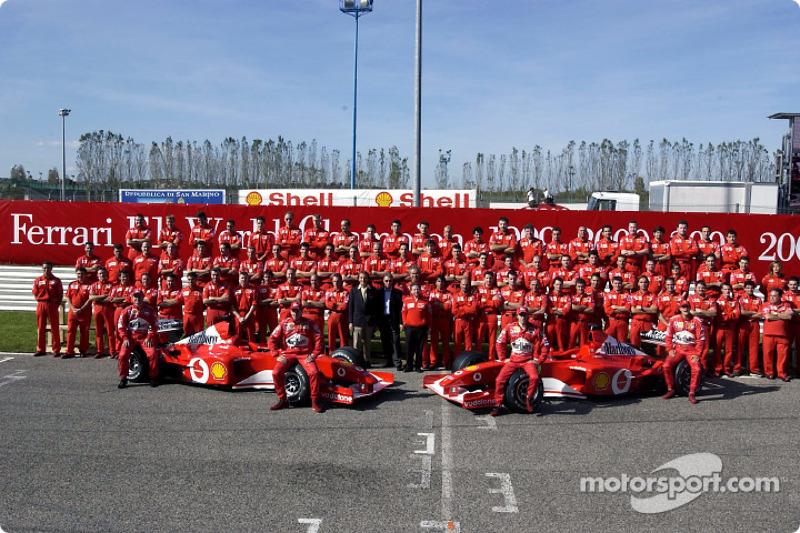 Family picture: team Ferrari with Rubens Barrichello, Luciano Burti, Luca Badoer and Michael Schumac