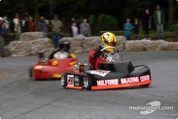 Jason Lavere voit Jace Reynolds le poursuivre dans le Rodney J. Harrington Memorial Pro Race