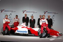 Olivier Panis, Cristiano da Matta and test driver Ricardo Zonta with Ove Andersson, Tsutomu Tomita, John Howett and Toshiro Kurusu