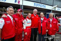 Olivier Panis and Cristiano da Matta with Mr. Tomita, Andersson, Cho and Saito