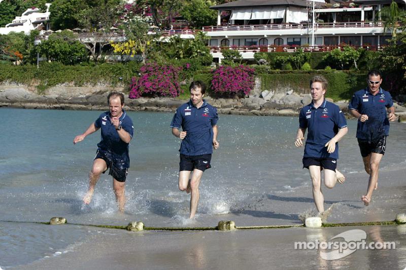 Sauber fitness training camp in Alor Setar: Nick Heidfeld and Heinz-Harald Frentzen run on the beach