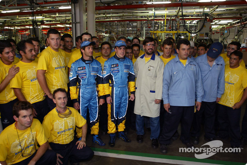 Visit of the Ayrton Senna Renault Factory in Curitiba: Jarno Trulli and Fernando Alonso with employe