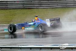 Heinz-Harald Frentzen goes to the starting grid