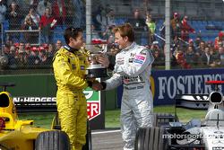 Кими Райкконен передает кубок за победу в Гран При Бразилии Джанкарло Физикелле