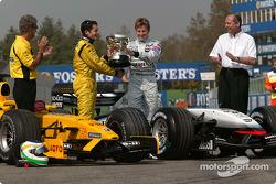 Джанкарло Физикелла принимает кубок победителя Гран При Бразилии от Кими Райкконена