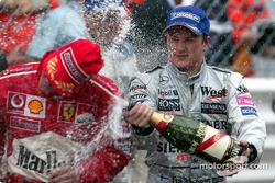 Champagne para Kimi Raikkonen y Michael Schumacher