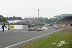 La Bentley Speed 8 n°7 du Team Bentley pilotée par Tom Kristensen, Rinaldo Capello, Guy Smith passe le drapeau à damiers