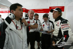 Jenson Button discusses with Honda engineer