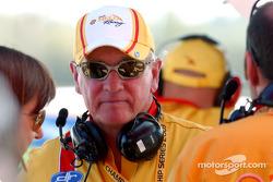 Le propriétaire de l'équipe Shell et légende Ford Dick Johnson montre le moniteur et ses progrès