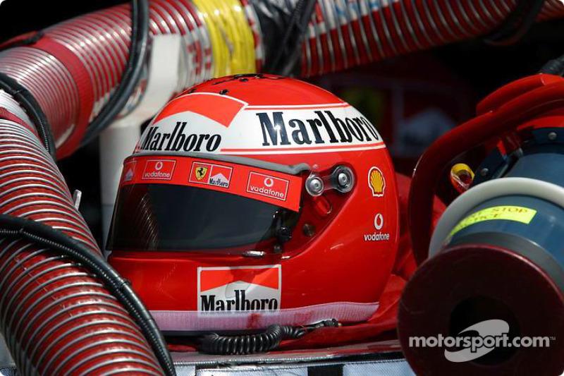 Casque dans le stand Ferrari