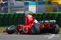 Rubens Barrichello después del choque en la primera curva