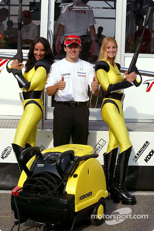 Olivier Panis con las chicas de Karcher