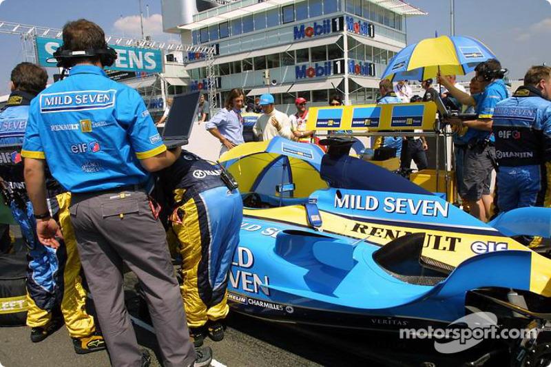 Miembros del equipo Renault F1 en la parrilla de salida