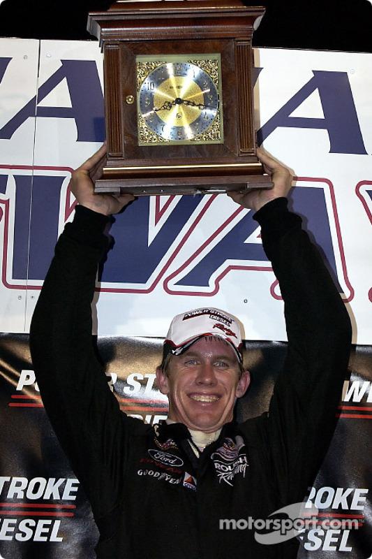 Le vainqueur Carl Edwards célèbre sa victoire