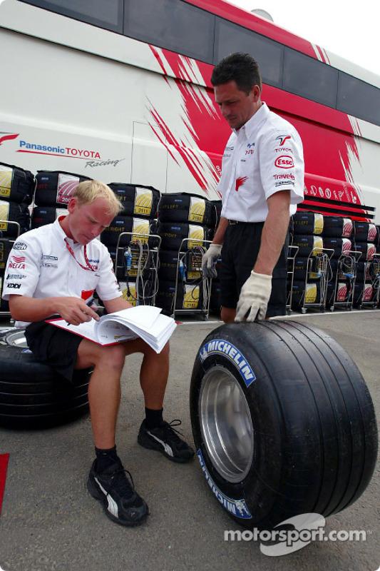 Les mécaniciens Toyota préparent les pneus
