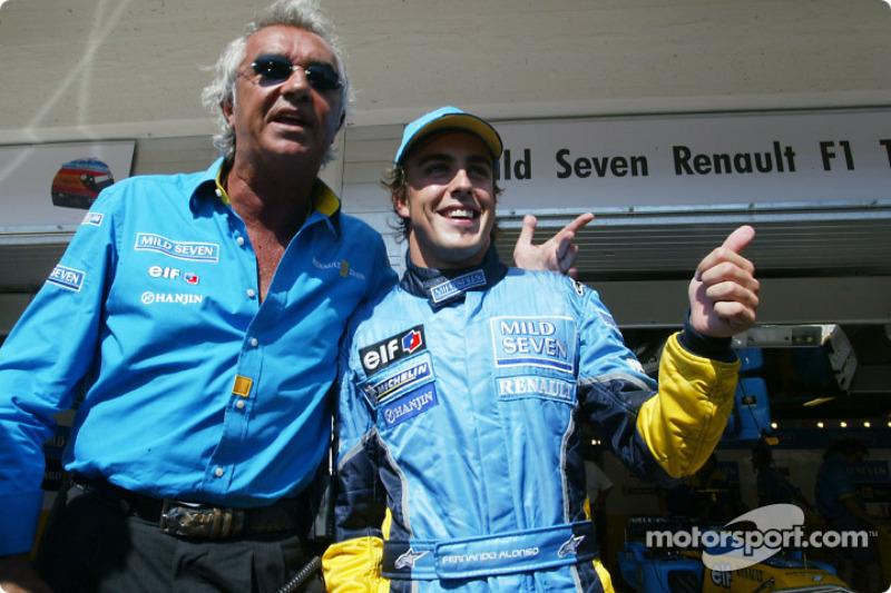 Flavio Briatore y Fernando Alonso celebran la pole position