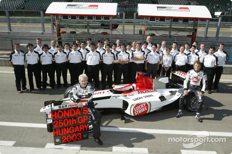 Jacques Villeneuve, Jenson Button y los miembros del equipo BAR Honda celebran 250 gran premio de Honda
