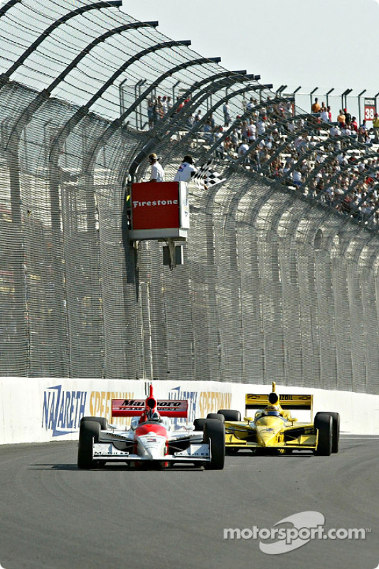 Helio Castroneves franchit le drapeau à damier devant Sam Hornish Jr