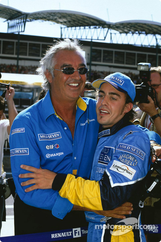 El ganador Fernando Alonso celebra con Flavio Briatore