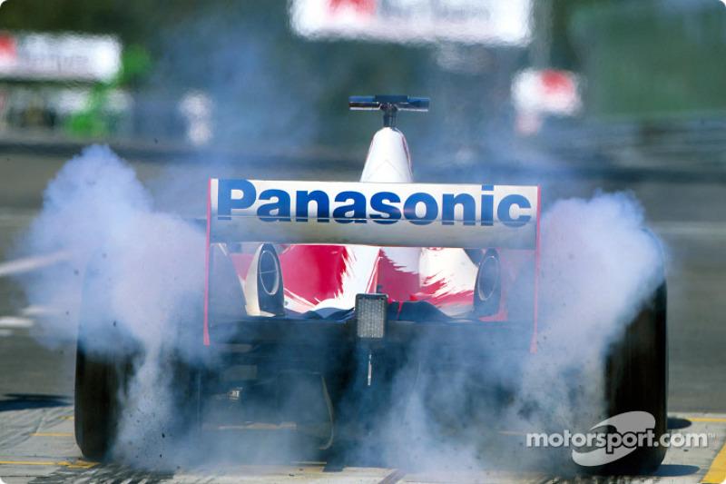 Olivier Panis humo en los neumáticos