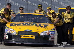 Matt Kenseth's crew pushes the car
