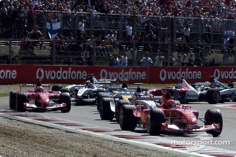 De la primera chicane: Michael Schumacher conduce a Juan Pablo Montoya