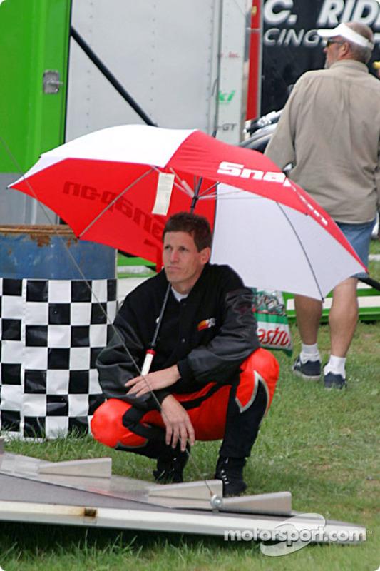 Steve Johnson attend de courir sous la pluie