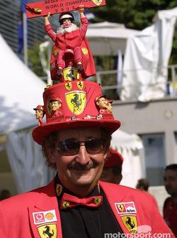 Un fan lleva con orgullo su sombrero de campeón del mundo de Michael Schumacher 2003