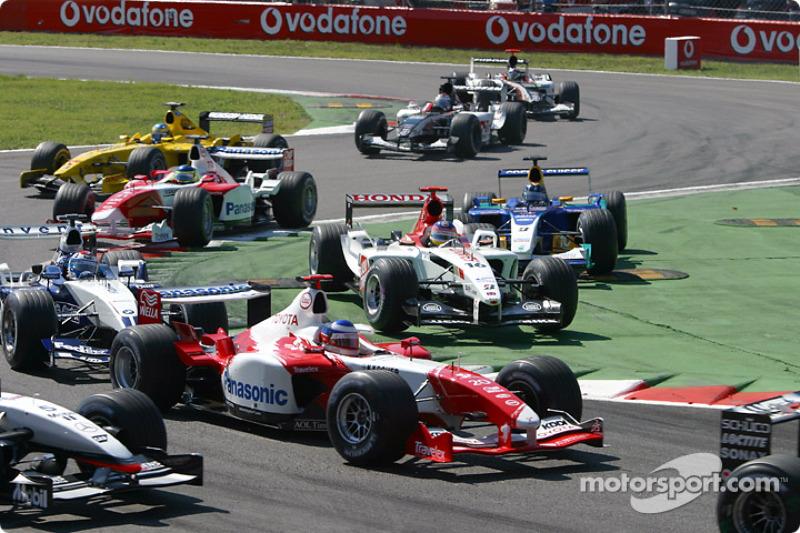 Primera chicane: Olivier Panis en medio del campo mientras que Jacques Villeneuve y Heinz-Harald Frentzen cortar la chicane