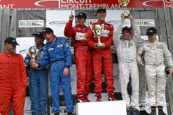 Podium GT : Cort Wagner et Brent Martini, vainqueurs de leur catégorie, accompagnés de Johannes Van Overbeek, Seth Neiman, Lonnie Pechnik, Mark Hupfer, Paul Mortimer et Tim McKenzie