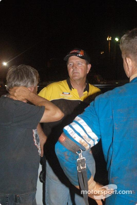 Hal Burns, directeur de course USAC, répond aux questions d'un public perplexe