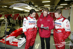 Ricardo Zonta and Ryan Briscoe discuss with Ossi Oikarinen
