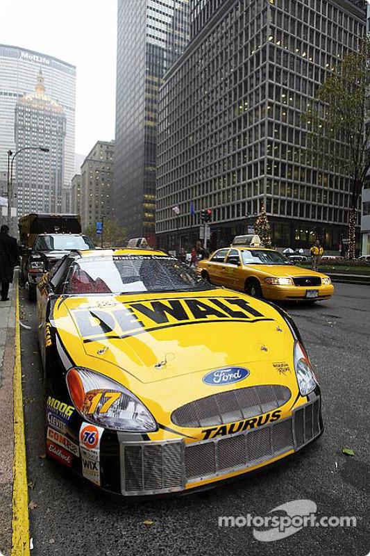La voiture du champion : la DEWALT Ford taurus de Matt Kenseth devant l'hôtel Waldorf Astoria