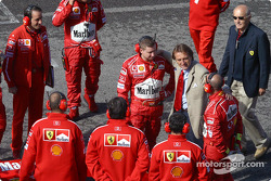 Luca di Montezemolo with the mechanics