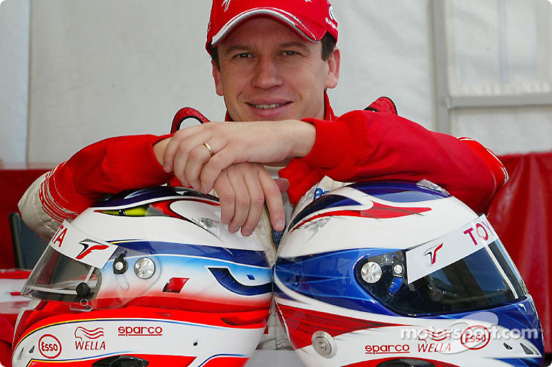 Olivier Panis presents the new design on his helmet