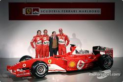 Luca Badoer, Rubens Barrichello, Jean Todt et Michael Schumacher avec la nouvelle Ferrari F2004