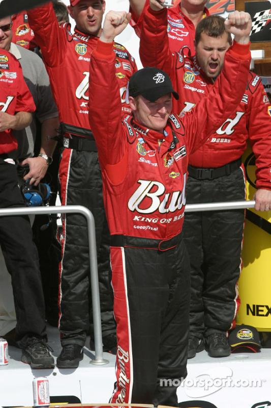 Dale Earnhardt Jr. fête sa victoire lors de la 1re course des Twin 125