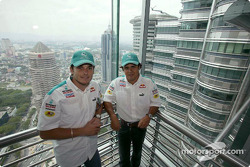 Sauber Petronas pilotu s visit Kuala Lumpur: Felipe Massa ve Giancarlo Fisichella, Petronas Twin Towers