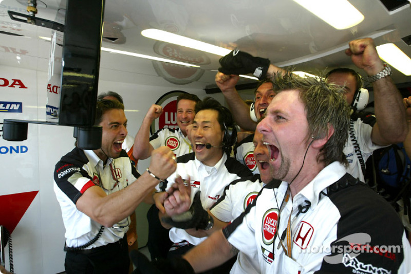 BAR-Honda team members celebra con Jenson Button su pole position